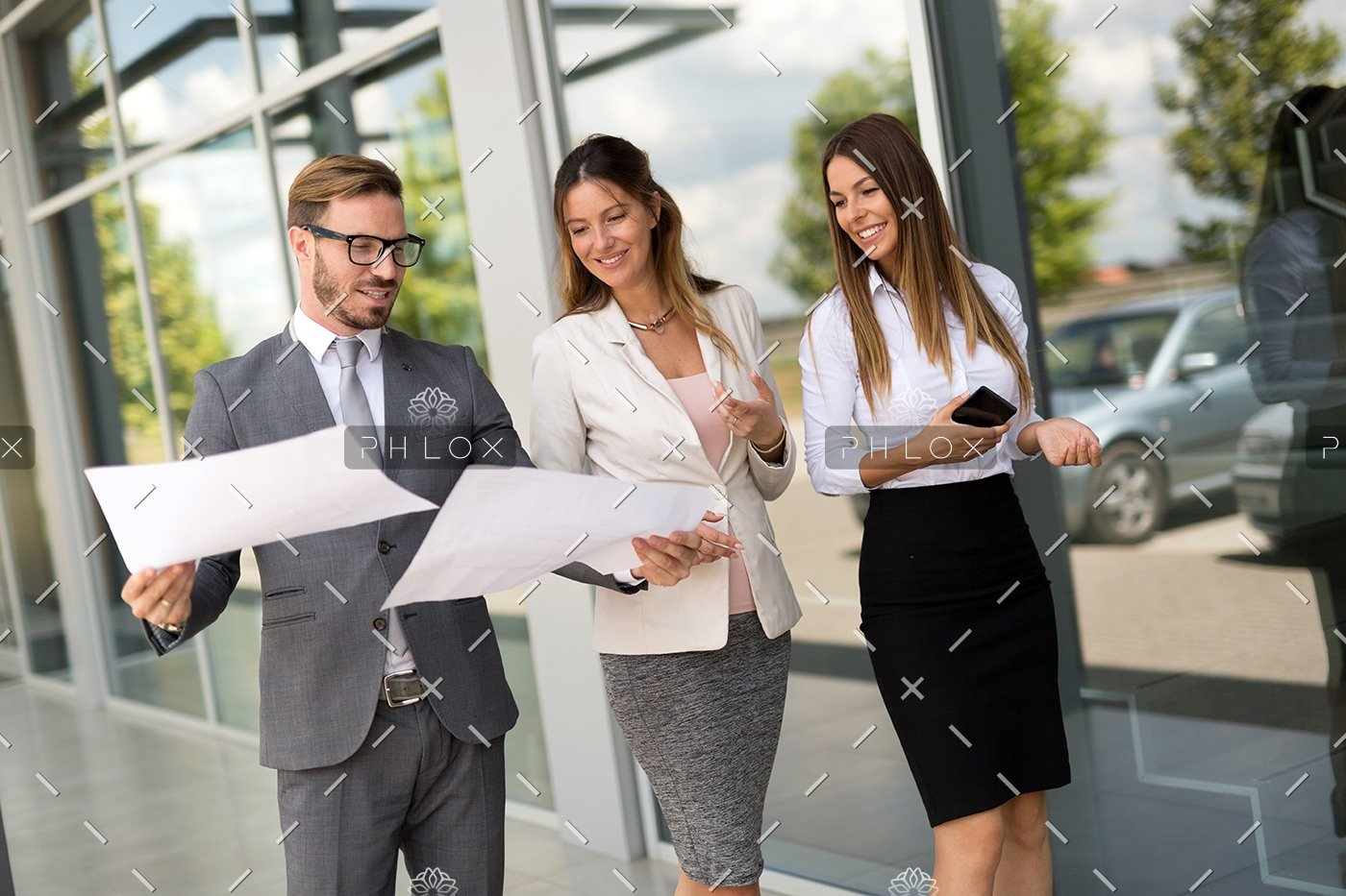 picture-of-business-people-discussing-in-their-P59UCWR